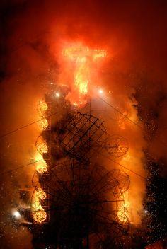 https://flic.kr/p/8fKwmE | Castillo Explosions Mexico | The castillo explodes in a shower of sparks and fire. San Francisco Mazapa. Mexico