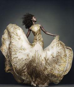McQueen : robe du soir blanche brodée d'or