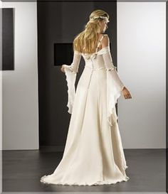 Mis Vestidos de Novia:  La cola es barrida y el diseño del vestido es de corte A. Gasa en las mangas y raso en el resto del vestido, estamos ante un modelo elegante pero sobrio.