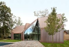 """Copper-clad """"House VDV"""" by GRAUX& BAEYENS architects in Destelbergen, Belgium. The home sits on land that used to house a castle that was destroyed during WWII. Architecture Design, Architecture Awards, Residential Architecture, Architectural Digest, Copper House, Copper Wall, Exterior Wall Cladding, Metal Cladding, Modern Architects"""