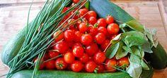 """Din punct de vedere botanic, rosia este mai degraba fruct decat leguma. Cuvantul italian care o desemneaza, pommodoro, vine de la pomi dei mori (""""merele pamantului""""). Acesta, pronuntat de francezi, s-a transformat in pomme d'amour (""""marul dragostei""""). O poveste foarte frumoasa pentru o leguma de sezon foarte sanatoasa, care contine carotenoizi. Unul dintre acesti componenti, …"""
