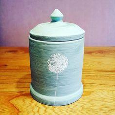 Pot met deksel bewerkt met engobe, moet nog gebakken worden.  #ceremics #keramiek #klei #pottery #appelig #handmade