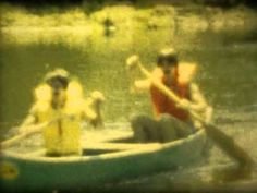 Des jeunes du rang en canoé.
