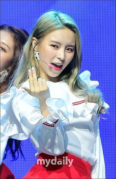 [MD포토] CLC 엘키, '아찔한 손짓' :: 네이버 TV연예
