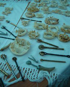 Pane cerimoniale e utensili per la lavorazione.