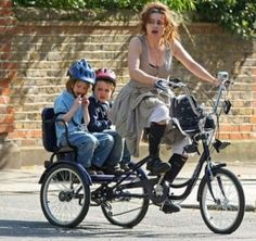 Sewing Life: Helena Bonham-Carter Check out the bike theres a lil baby seat on front, so cute! Burton Kids, Tim Burton, Wind Blown Hair, Helena Bonham Carter, Helena Carter, Cargo Bike, Top Celebrities, Celebs, Bike Style