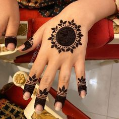Circle Mehndi Designs, Round Mehndi Design, Henna Tattoo Designs Simple, Finger Henna Designs, Back Hand Mehndi Designs, Full Hand Mehndi Designs, Mehndi Designs For Beginners, Mehndi Designs For Girls, Wedding Mehndi Designs