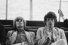 Brian Jones et Mick Jagger icones du mouvement mods #mode #annees60 #rock #mods #brianjones #mickjagger #noiretblanc #photo #60s #icons #fashion #blackandwhite #music #picture