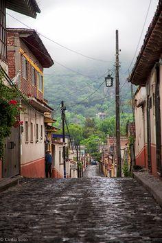 Las callecitas de #Tepoztlan, llenas de color. De fondo, las boscosa naturaleza de #Morelos. #Mexico.