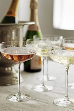 A champagne coupe. THE way to drink champagne! Champagne Saucers, Pink Champagne, Champagne Toast, Spade Champagne, Vintage Champagne Glasses, Champagne Flutes, Champaign Glasses, Champagne Coupe Glasses, Champagne Party