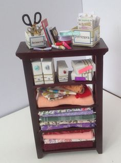 ideas for sewing dolls house miniature dollhouse Sewing Dolls, Sewing Box, Sewing Notions, Diy Dollhouse, Dollhouse Miniatures, Knitting Room, Haberdashery Shop, Dolls House Shop, Sewing Room Decor