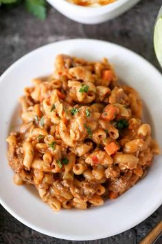 Cheeseburger macaroni casserole with a healthy twist. A creamy, cheesy casserole loaded with lean ground beef, whole wheat pasta, finely chopped veggies, and cheddar cheese. Healthier comfort food made in one pot in 30 minutes! Elbow Macaroni Recipes, Macaroni Casserole, Cheeseburger Casserole, Casserole Recipes, Best Pasta Recipes, Chili Recipes, Dinner Recipes, Healthy Recipes, Dinner Ideas