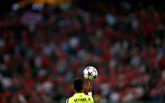 Neymar de Barcelona juega con la pelota