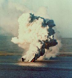 La Fragata HMS Antelope se hunde partiendose en dos durante la mañada del 24 de mayo de 1982. Guerra de Malvinas 1982.