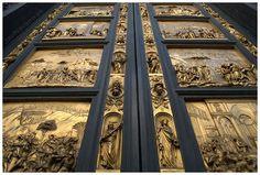 """""""Puerta del Paraíso"""" creada en 1452 por Lorenzo Ghiberti, se encuentra en Firenze, Italia.  Sus dimensiones son 5,20 metros de altura, 3,10 de ancho y 11 centímetros de grosor, el conjunto pesa ocho toneladas. Las puertas se componen de 5 escenas del Antiguo Testamento por cada batiente. Cada escena se ha trabajado en bronce y se encuentra dorada a la hoja. Las puertas están hechas de bronce dorado."""