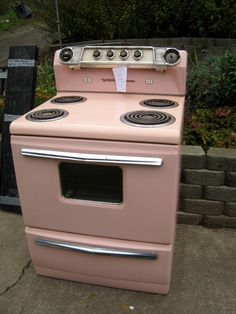 Love this retro Pink stove.  In 1960, our apartment had a pink stove and refrigerator!  VERY stylish!
