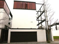 林口建案─The House  雙車位停車場,頂樓戶外木板隔柵可以調整開啟大小的方向,防風遮陽又保持隱密性。