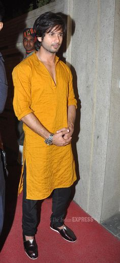 Shahid Kapoor, who is gearing up for the release of his upcoming film 'R…Rajkumar', also joined in the Diwali dhamaka. Kurta Pajama Men, Kurta Men, Groom Wear, Groom Outfit, Indian Men Fashion, Mens Fashion, Tunics For Sale, Boys Kurta Design, Mens Ethnic Wear