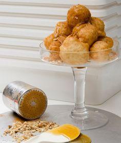 loukoumades Parliaros Greek Sweets, Greek Desserts, Greek Recipes, Fun Desserts, Delicious Deserts, Yummy Food, Special Recipes, Foods To Eat, Mediterranean Recipes
