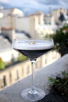 """Les Cocktails du Mardi Soir  🍸 """"Back to black"""" notre cocktail entre terre et mer. La terre pour le whisky tourbé et la mer pour l'encre de seiche.  🍸 """"Back to black"""" our cocktail between land and sea. Land for the peated whisky and Sea for the squid ink.  #lescocktailsdumardisoir #mixology #cocktail #drinks #beverage #squidink #whisky #peatedwhisky"""