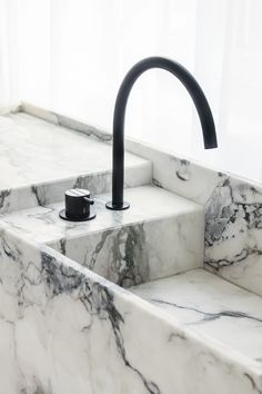 Modern Bathroom Design Trends For Your Home Minimalist Bathroom, Modern Bathroom, Black Bathrooms, Marble Bathrooms, Bathroom Interior Design, Home Interior, Interior Colors, Espace Design, Bathroom Taps