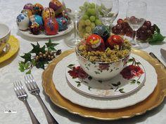 Ideia criativa de uma decoração para a Páscoa por Heda Seffrin. Nesta composição a harmonia de cores se faz presente na macela, nos ovos decorados e na leveza da louça floral em contraste com o sousplat dourado. Fotografia:Simone Seffrin