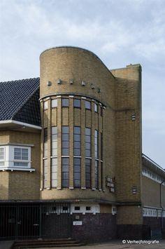 De Marie Louiseschool in Leeuwarden Bauhaus, Brick Architecture, Classical Architecture, Building Art, Brick Building, International Style Architecture, Art Nouveau, Amsterdam School, Art Deco Home
