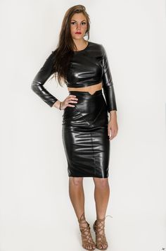 Being fashionable with the leather pencil skirt Long Leather Skirt, Leather Dresses, Look Fashion, Womens Fashion, Steampunk Fashion, Gothic Fashion, Pencil Skirt Work, Hobble Skirt, Vinyl Dress