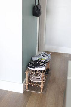 Quer um cantinho funcional para guardar os calçados? Veja os modelos de sapateiras que separamos com ideias diferentes. Fall Home Decor, Autumn Home, Diy Home Decor, Design Hall, Geek Bedroom, Dream Decor, Wooden Shelves, Home And Living, Shoe Rack