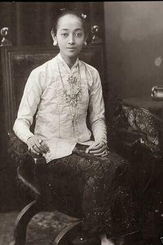 old-indische: Gusti Kanjeng Ratu Mas Royalty of Surakarta ~ Java ~ Indonesia ca 1920
