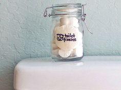 Cápsulas para el wc: – 160 g de bicarbonato de sodio – 60 ml de zumo de limón – 1/2 cucharada de vinagre – 1 cda de peróxido de hidrógeno 3% (de venta en farmacias) – 15-20 gotas de aceite aromático o esencias