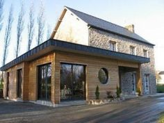 We tell you everything about the side house extension! On vous dit tout sur l& de maison latérale ! We tell you everything about the side house extension! House Extension Design, Extension Designs, Roof Extension, Cout Extension Maison, House Extensions, House In The Woods, Home Deco, Facade, Architecture Design