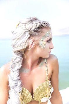 35 schöne Meerjungfrau Make-up und Kostüm-Ideen Mermaid Photo Shoot, Mermaid Photos, Mermaid Parade, Mermaid Makeup, Mermaid Costume Makeup, Mermaid Costumes, Mermaid Halloween Makeup, Pocahontas Costume, Fairy Costumes