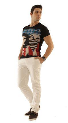 look moderne avec ce pantalon chino bleu roi et le t shirt fashion carisma on fini avec une
