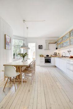 4. etg.: Entré, stue, kjøkken, gang, gang 2, 3 soverom, bad/wc. Loftsbod med gulvareal på 5 m² (kun 1. etg. opp). Kjellerbod på 6 m². Bod i oppgang på 1,5 m² (halvetg. ned).