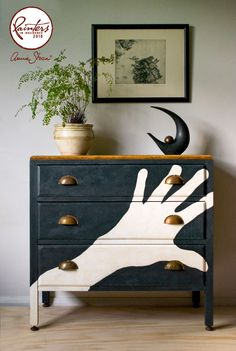 Hands up if you're a fan of upcycling. Check out some more great upcycling ideas by Kiwi artist Jeanie Simpson, whose become the first New Zealander 'painter in residence' for decor giant Chalk Paints. Upcycled Furniture, Furniture Decor, Painted Furniture, Furniture Refinishing, Annie Sloan Graphite, Annie Sloan Chalk Paint, Art Nouveau, Ikea, Graffiti