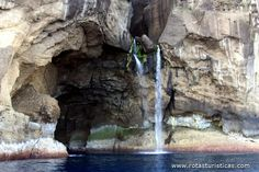Gruta do Galo com cascata - Ilha das Flores