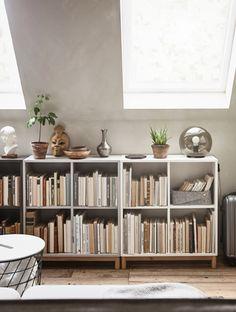 EKET Schrank mit 4 Fächern, gefüllt mit Büchern und dekoriert mit Pflanzen und Ziergegenständen