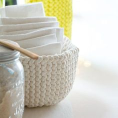 DIY déco: tricoter une corbeille Diy Projects To Try, Crochet Projects, Big Knit Blanket, Crochet Diy, Big Knits, Knit Pillow, T Shirt Yarn, Knitted Bags, Creations