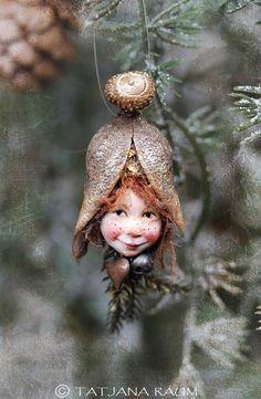 Dieses niedliche Pixie Mädchen heißt Sofia. Sie ist Hand geformt und von mir handbemalt. Daher möglicherweise ähnliche Stücke zur Verfügung. Größe von ihr misst über 1,6 Zoll (4cm). Sie kommt mit Nylonfaden zum Aufhängen. Sie ist nicht für den Außeneinsatz. Vielleicht möchten sie in Ihrem Büro oder an den Weihnachtsbaum hängen... Hoffen, dass Ihnen :-)  Bitte beachten Sie, dass eine rechtzeitige Ankunft Ihrer waren vor Heiligabend nicht mehr garantiert werden kann
