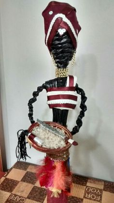 OYÁ  elaborada con papel periódico by Creaciones HEIMAR Paper Weaving, Weaving Art, Crafts To Make And Sell, How To Make, African Dolls, Georgie, Sculpture, Portrait, Black