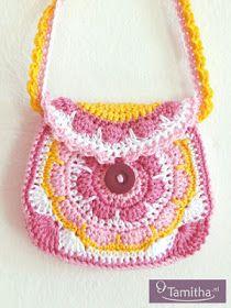 Vorige week was het al weer twee jaar geleden dat ik deze blog ben begonnen! Ik vind het nog steeds erg leuk om te doen! Het is ook erg leuk... Kids Purse, Crochet Purses, Crochet Bags, African Flowers, Yarn Crafts, Mini Bag, Straw Bag, Purses And Bags, Crochet Necklace