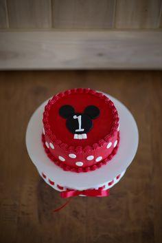 Mickey smash cake--but no fondant? Mickey Mouse Smash Cakes, Mickey Mouse Theme Party, Mickey Mouse First Birthday, Mickey Cakes, Cake Decorating Tips, Cookie Decorating, Mary Birthday, Bolo Mickey, Girl Birthday Decorations