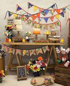 Inspiração e idéias para Festa Junina   Faça bandeirinhas de papel e tecido, use de decoração na parede e na mesa - La Laila Life -www.lalailalife.com