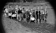 Lapsia töissä pellolla Vallilassa.