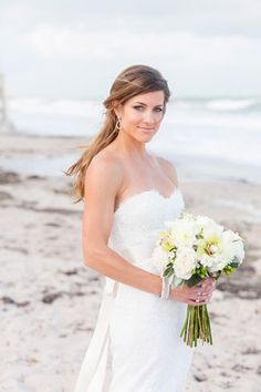 Beach chic bride in Monique Lhuillier | Photo: Captured Photography by Jenny
