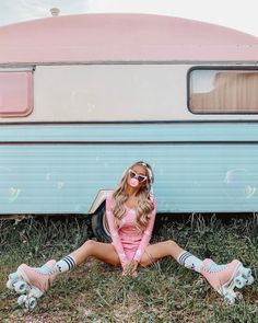 Vintage look - pink roller skates - bubble gum - pink outfit Retro Roller Skates, Roller Skate Shoes, Roller Derby Girls, Surf Girls, Basket A Roulette, Pinke Outfits, Skate Girl, Shooting Photo, Retro Aesthetic