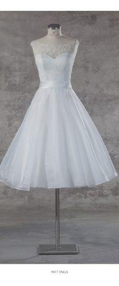 gefunden bei HAPPY BRAUTMODEN Brautkleid Hochzeitskleid edel elegant romantisch Isabel de Mestre fließender Rock Spitze kurz