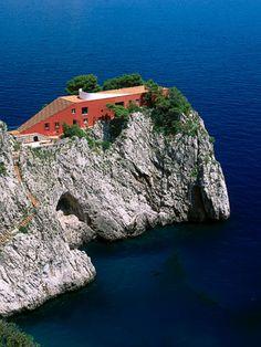 Casa Malaparte, Simon Jacobsen, 1942  Una de las estructuras más fascinantes e inusuales en el mundo, la Casa Malaparte en la isla de Capri es una oda a la soledad