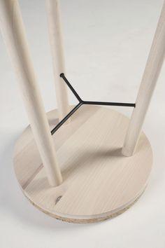 """"""" banquinho tripé é construído de forma semelhante ao tripé fotografia. Três pernas de um banco estão ligados por um esticador de metal. O metal é aparafusado para dentro das pernas, que são em seguida coladas no assento. Parte inferior do assento é ligado no mesmo ângulo que as pernas são, o que torna mais fácil a colagem e reforça a construção - pernas estão ligados mais profundamente no assento. A montagem é muito rápido, como todas as partes podem ser coladas ao mesmo tempo. """""""